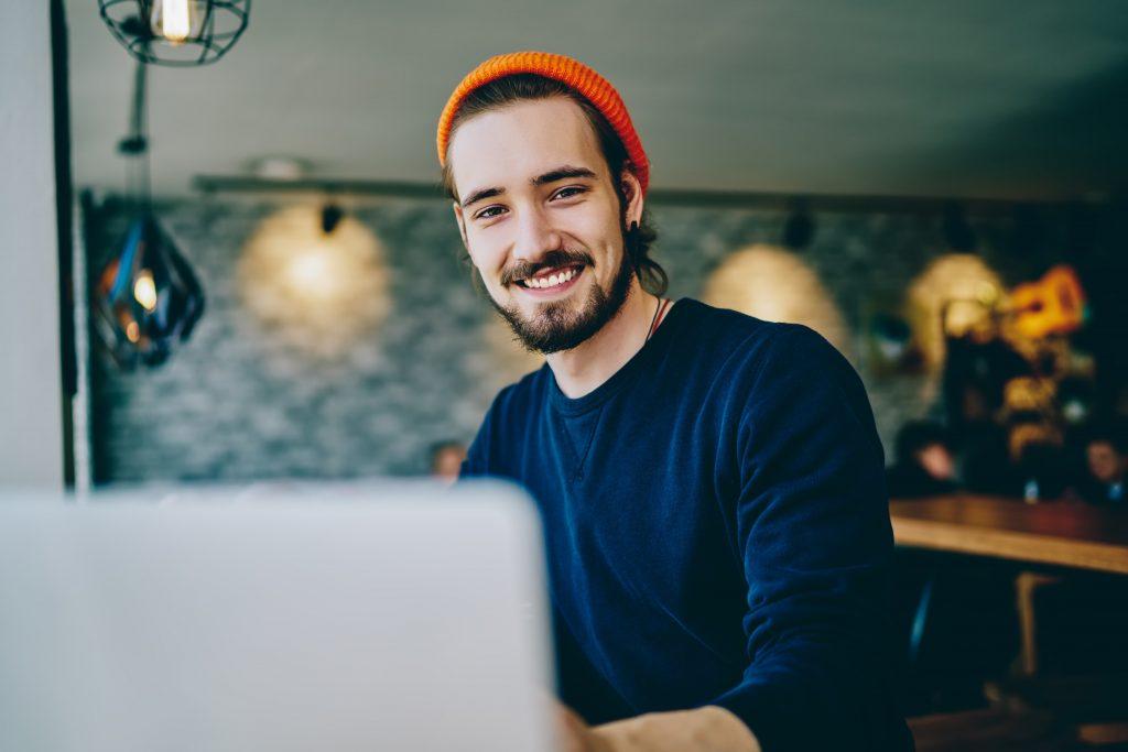 Jeune homme qui travaille derrière son laptop