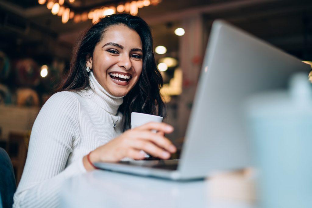 Jeune femme qui travaille derrière son laptop