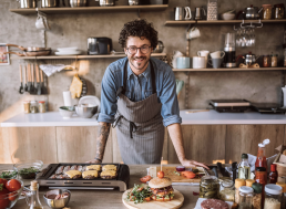 Restaurateur préparant des hamburgers